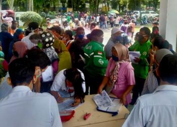 Warga Medan Berdesakan Demi Bansos